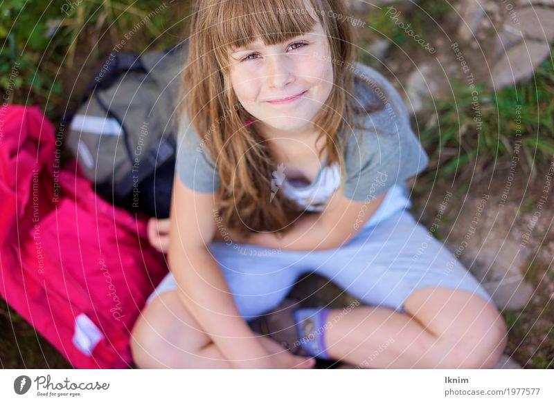 Wanderlust Mensch Kind Natur Erholung Mädchen feminin Glück Freizeit & Hobby Zufriedenheit Ausflug wandern Kindheit sitzen Erfolg Lächeln Fröhlichkeit