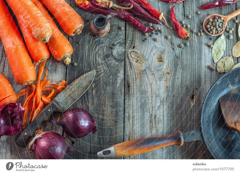 frisches Gemüse auf der grauen Holzoberfläche Kräuter & Gewürze Ernährung Vegetarische Ernährung Diät Pfanne Messer Tisch alt Essen oben saftig orange rot