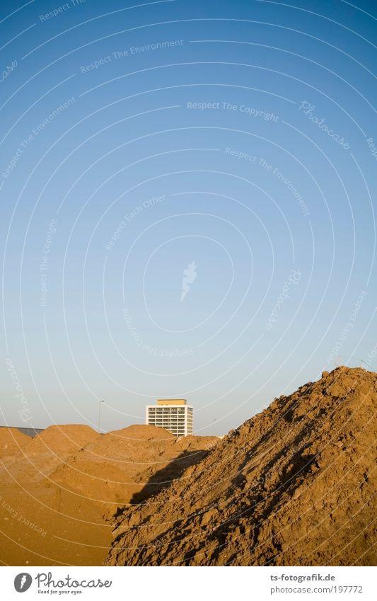 Süß, es wächst schon! Bauarbeiter Demontage Neubausiedlung planen Baustelle Erde Himmel nur Himmel Wolkenloser Himmel Horizont Wärme Dürre Hügel