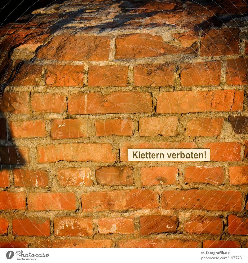 Auf die Haxe, Klettermaxe! rot Wand Leben Mauer Stein braun Freizeit & Hobby frei Beton Hinweisschild bedrohlich Klettern Fabrik Verfall Backstein trashig