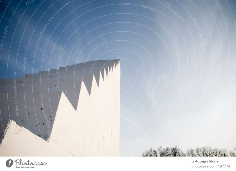 schräge, schräge, Himmelssäge! blau weiß Wolken Wand Graffiti Architektur Stein Mauer Linie hell Kunst Beton Treppe groß Wachstum