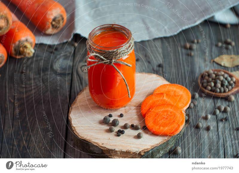 Karottensaft mit einem Glasgefäß auf einer Holzoberfläche Gemüse Kräuter & Gewürze Vegetarische Ernährung Getränk trinken Erfrischungsgetränk Saft Flasche Tisch