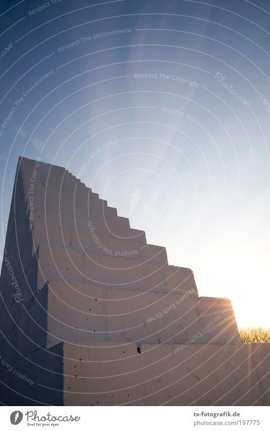 Dünnluftmacher Himmel Wolken Wand Bewegung Stein Mauer Luft Linie Kraft Kunst Beton Treppe Macht Turm Klettern