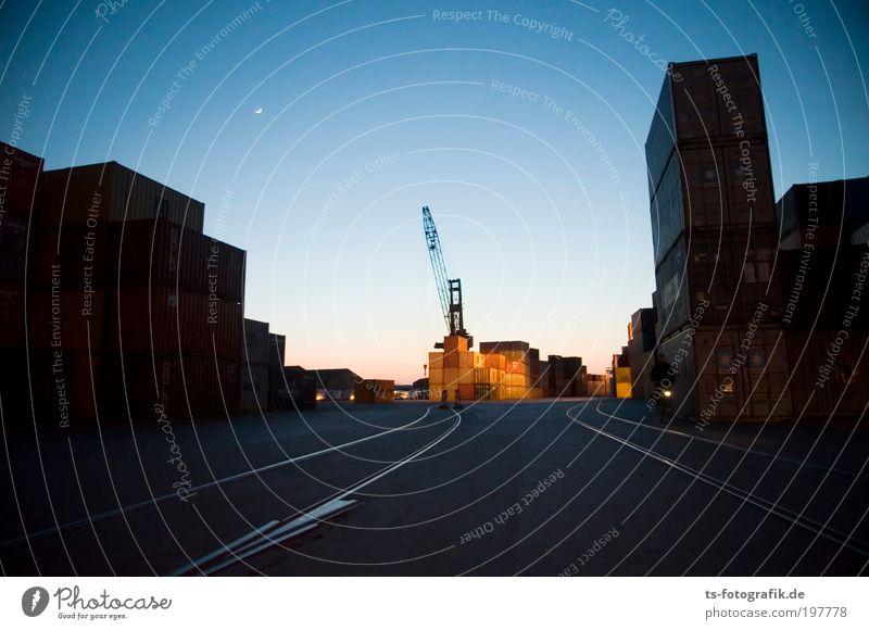 kippelnde Container Himmel Straße dunkel Linie Beton Wachstum Güterverkehr & Logistik Hafen Nachthimmel Gleise Reichtum Stahl Rost Mond Wirtschaft Handel