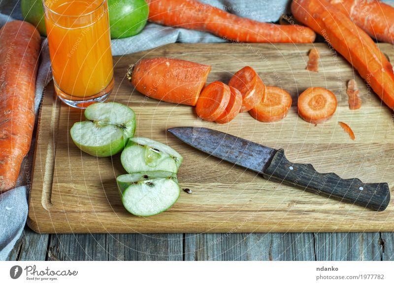 Karotten- und Apfelsaft zu Hause Natur grün Essen natürlich Holz Gesundheitswesen oben orange Ernährung frisch Tisch Getränk Gemüse Ernte Frühstück