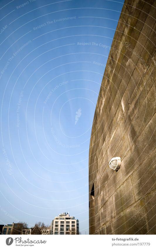Jerichos Blaskapelle im Stau Himmel Haus Lampe Wand Stein Mauer Luft Linie Kraft warten Architektur Beton groß Hochhaus hoch Fassade