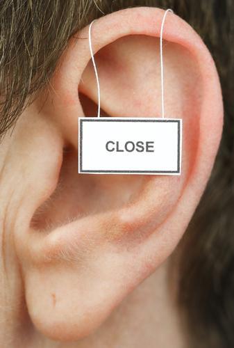 close feminin Frau Erwachsene Ohr 1 Mensch Hinweisschild Warnschild hören Kommunizieren Leben geschlossen weghören ignorieren Farbfoto Studioaufnahme