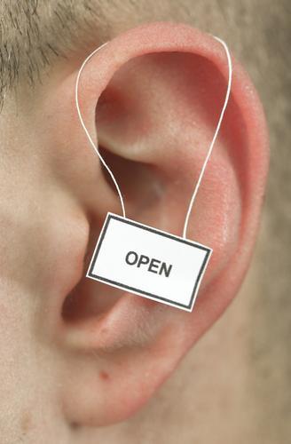 open Mensch Leben sprechen offen Hinweisschild Ohr hören Optimismus Ehrlichkeit Toleranz Warnschild