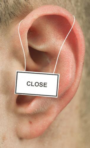 close maskulin Ohr 1 Mensch Hinweisschild Warnschild hören sprechen Leben weghören ignorieren Desinteresse ruhig gehörlos taubheit Farbfoto Studioaufnahme