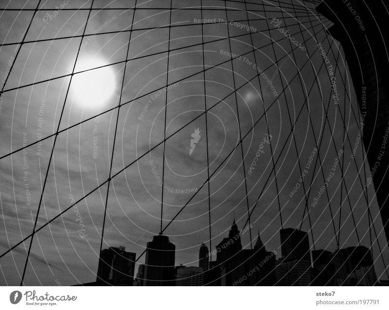 Sun Catcher Skyline Hochhaus Brücke Sehenswürdigkeit Wahrzeichen Brooklyn Bridge stagnierend Surrealismus Symmetrie New York City Netz Sonne gefangen streben