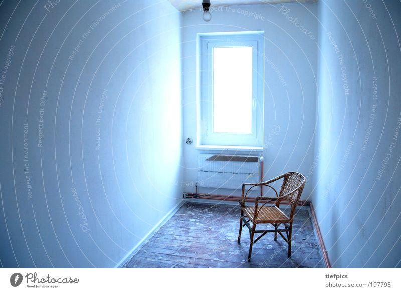 blaue zelle. Haus Mauer Wand alt weiß Gefühle Einsamkeit Endzeitstimmung geheimnisvoll Gefängniszelle Justizvollzugsanstalt Stuhl Korbstuhl kalt Glühbirne