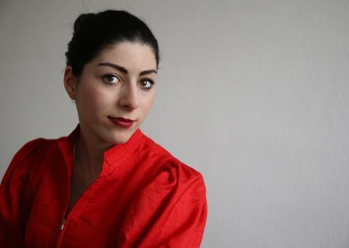 Berna feminin Frau Erwachsene 1 Mensch Kleid schwarzhaarig Zopf beobachten Denken Blick warten elegant schön rot Zufriedenheit selbstbewußt Romantik Wachsamkeit