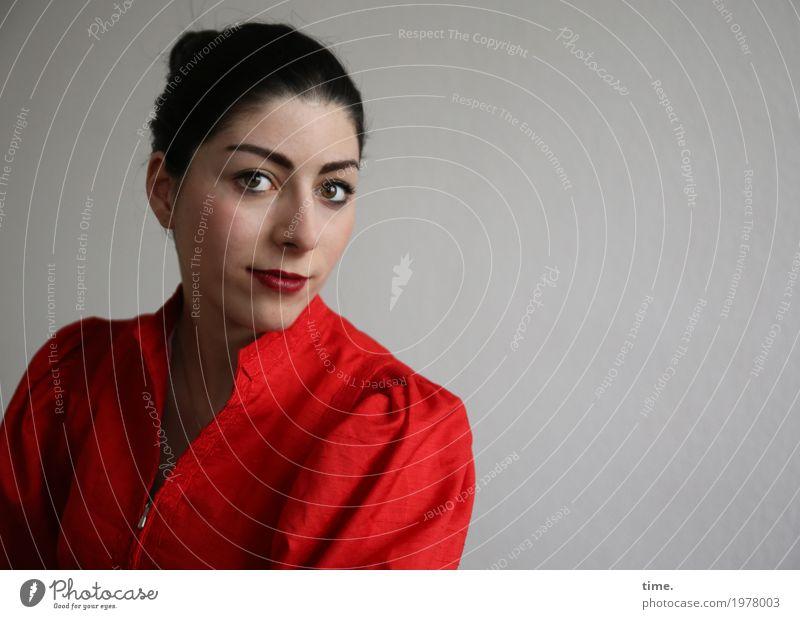 . Mensch Frau schön rot ruhig Erwachsene feminin Zeit Denken Stimmung Zufriedenheit elegant warten beobachten Romantik Neugier