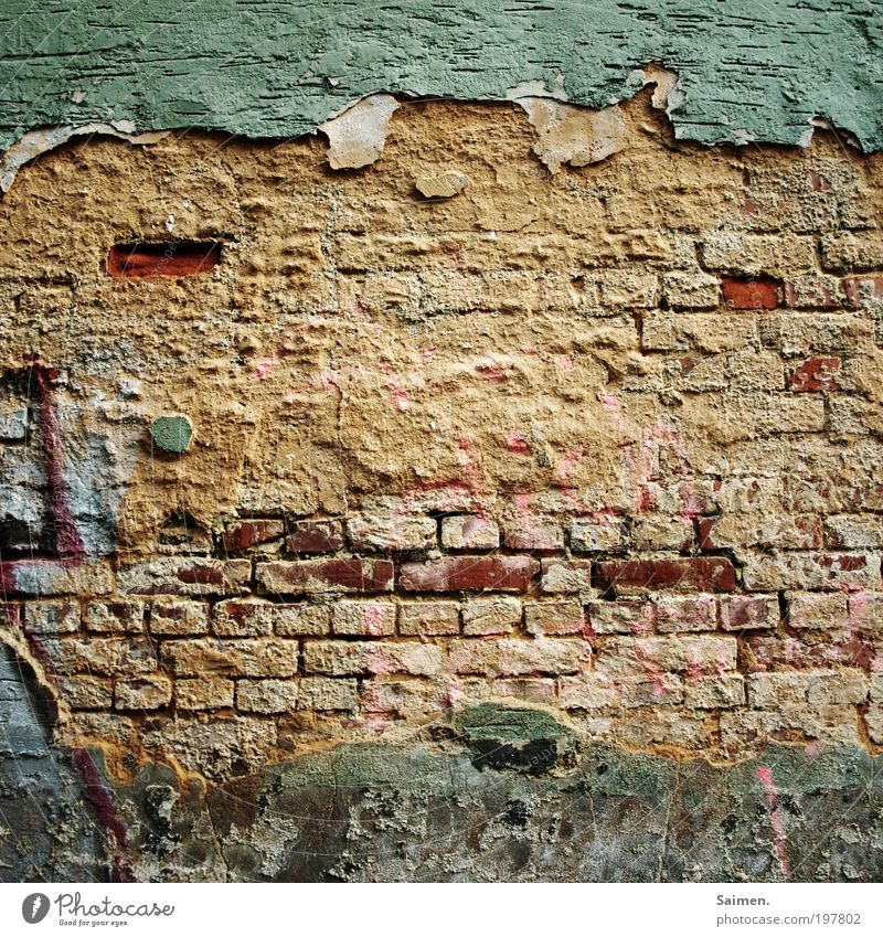 HUGO die freundliche Wand aus der Nachbarschaft alt Gesicht Mauer Design Zufriedenheit Freundlichkeit verfallen Putz Backsteinwand sympathisch Komplementärfarbe