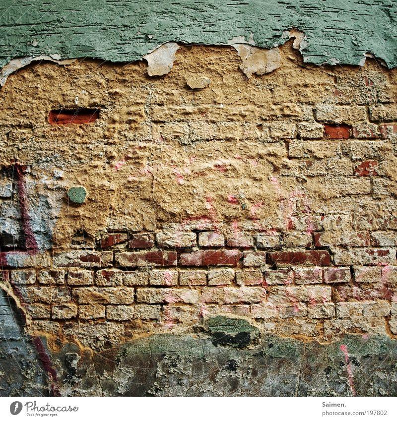 HUGO die freundliche Wand aus der Nachbarschaft alt Gesicht Wand Mauer Design Zufriedenheit Freundlichkeit verfallen Putz Backsteinwand sympathisch Komplementärfarbe Steinwand Mensch Zahn der Zeit