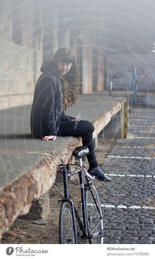Carina | Fahrrad Stil Freizeit & Hobby Mensch feminin Junge Frau Jugendliche Erwachsene 1 18-30 Jahre Jugendkultur Kleinstadt Stadt Haus Industrieanlage