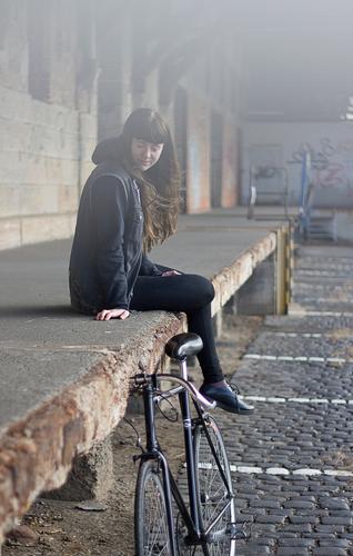 Carina   Fahrrad Stil Freizeit & Hobby Mensch feminin Junge Frau Jugendliche Erwachsene 1 18-30 Jahre Jugendkultur Kleinstadt Stadt Haus Industrieanlage