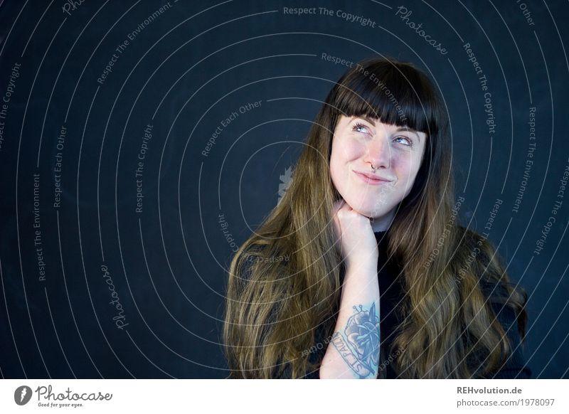 Carina   Junge Frau überlegt Stil Mensch feminin Jugendliche Erwachsene Gesicht 1 18-30 Jahre Tattoo Piercing Haare & Frisuren brünett langhaarig Pony Denken