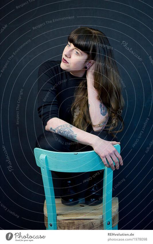 Carina | stuhl Mensch Junge Frau Jugendliche Erwachsene 1 18-30 Jahre Kultur Subkultur Tattoo Piercing Haare & Frisuren brünett langhaarig Pony Denken hocken