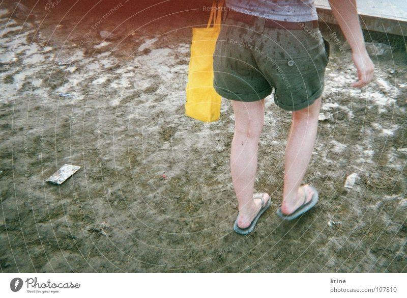 Festivalchen Freude Camping Sommer Feste & Feiern Junge Frau Jugendliche Erwachsene 1 Mensch Veranstaltung Open Air Platz Tasche Flipflops gehen authentisch