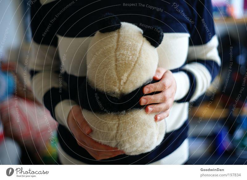 Suboptimale Tarnung Mensch blau weiß Tier Erwachsene Erholung Liebe Wärme Zufriedenheit frei Fröhlichkeit weich festhalten 18-30 Jahre berühren Partner
