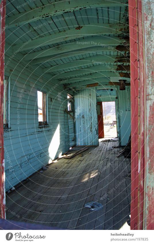 zerfallener Bauwagen Renovieren Hütte Fenster Tür Holz verfallen alt bauen streichen Häusliches Leben Armut dreckig einfach historisch kaputt braun rot weiß