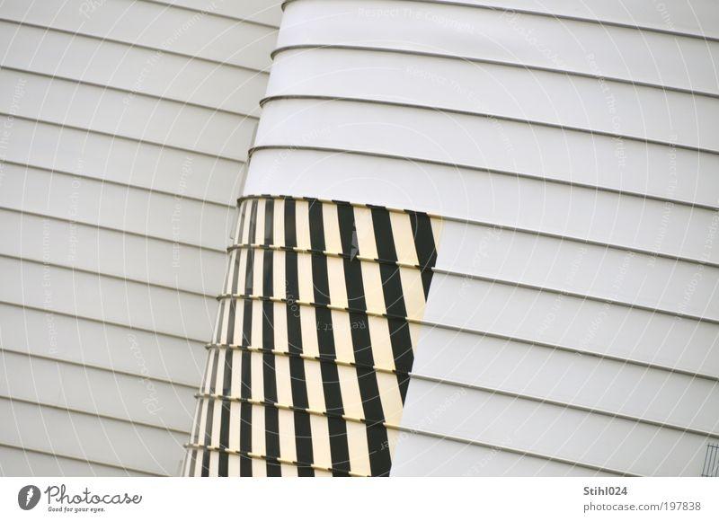 auf Streife(n) gegangen weiß schwarz gelb Wand Mauer Metall Architektur Fassade Coolness trist rund Fabrik Streifen dick Langeweile Handel