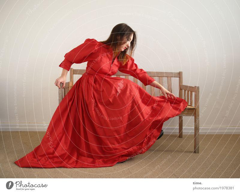 . Mensch Frau schön rot Erwachsene Gefühle Bewegung feminin Zufriedenheit Raum elegant ästhetisch sitzen beobachten Romantik Neugier