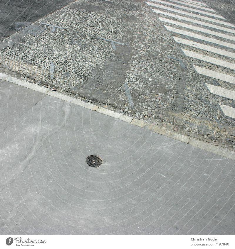 Zebra grau Kopfsteinpflaster Zebrastreifen Bordsteinkante Paris Place de la Concorde Parkplatz Bürgersteig Gully Abfluss weiß Platz Verkehr Straßenbelag Beton
