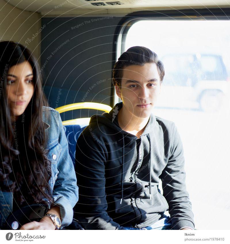 Zwei Studenten sitzen nebeneinander im Bus Junge Frau Jugendliche Junger Mann Geschwister Freundschaft Paar Partner 2 Mensch 18-30 Jahre Erwachsene warten
