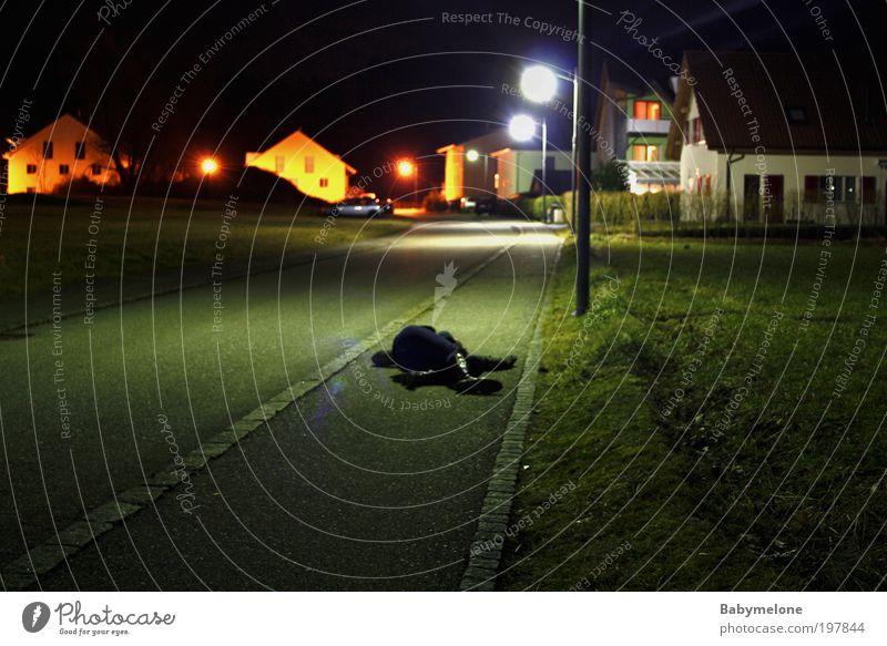 Minutenschlaf Frau Einsamkeit Erwachsene Tod dunkel kalt Stimmung Angst liegen gefährlich schlafen Boden trist Leiche stagnierend bequem