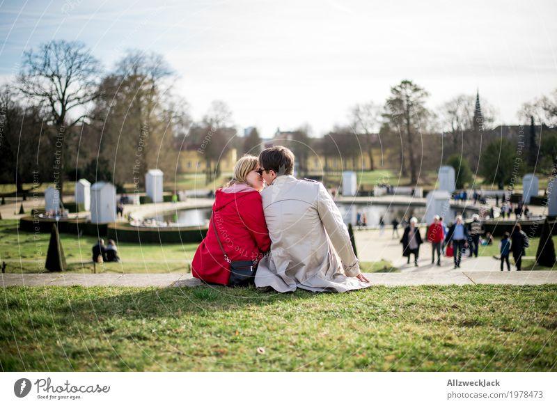 Knutschen im Park harmonisch Wohlgefühl Zufriedenheit Erholung ruhig Ausflug Sightseeing Städtereise Sonnenbad maskulin feminin Junge Frau Jugendliche