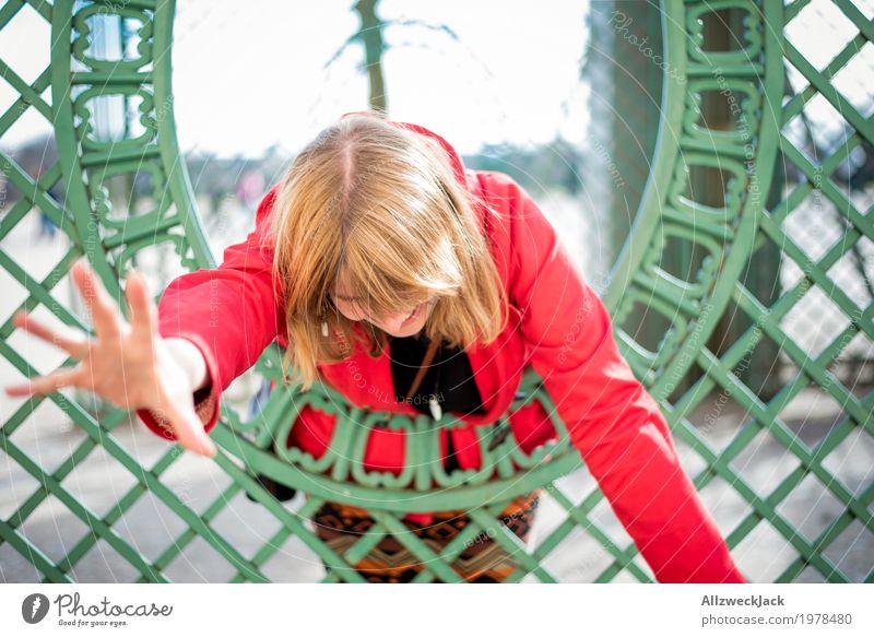 Gerahmtes Portrait 3 Freude Glück feminin Junge Frau Jugendliche Erwachsene 1 Mensch 18-30 Jahre 30-45 Jahre blond langhaarig kämpfen frech Fröhlichkeit