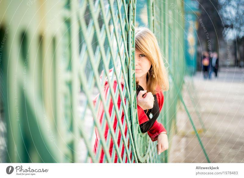 Portrait I Tourismus Ausflug feminin Junge Frau Jugendliche Erwachsene 1 Mensch 18-30 Jahre 30-45 Jahre blond einzigartig Neugier schön grün rot Gefühle