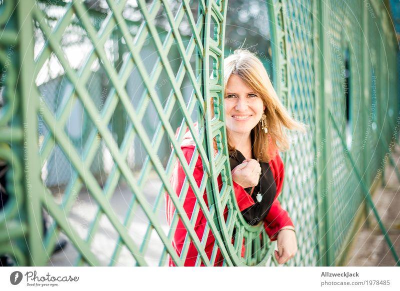 Portrait III Mensch Frau Jugendliche Junge Frau schön grün rot Freude 18-30 Jahre Erwachsene Leben feminin Glück Tourismus Freundschaft leuchten