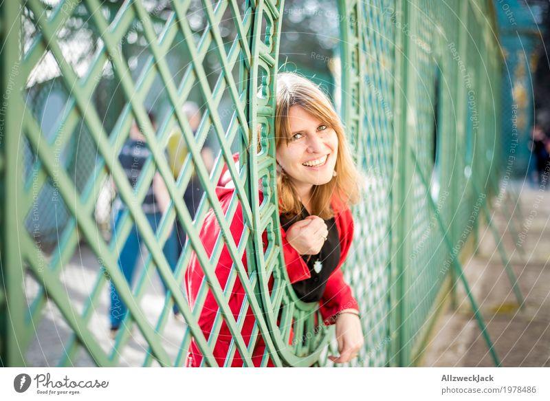 Gitterportrait II Mensch Frau Jugendliche Junge Frau grün rot Freude 18-30 Jahre Erwachsene Leben feminin Glück Tourismus Park leuchten Ausflug