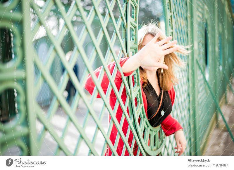Portrait II Tourismus Ausflug Sightseeing Städtereise feminin Junge Frau Jugendliche Erwachsene Leben 1 Mensch 18-30 Jahre 30-45 Jahre blond Bekanntheit grün