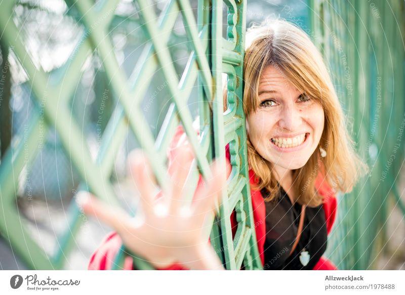 Gitterportrait III Tourismus Ausflug Sightseeing Städtereise feminin Junge Frau Jugendliche Erwachsene Paar Leben 1 Mensch 18-30 Jahre 30-45 Jahre Park glänzend