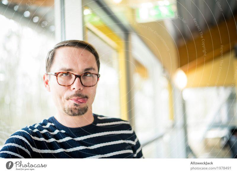 rumblödeln Mensch maskulin Junger Mann Jugendliche Erwachsene 1 18-30 Jahre 30-45 Jahre Brille kurzhaarig Scheitel Oberlippenbart schön Freude Euphorie Stress
