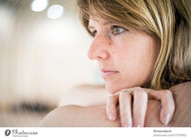 865 observing woman feminin Junge Frau Jugendliche Erwachsene Kopf 1 Mensch 18-30 Jahre 30-45 Jahre blond langhaarig beobachten Blick träumen Wachsamkeit