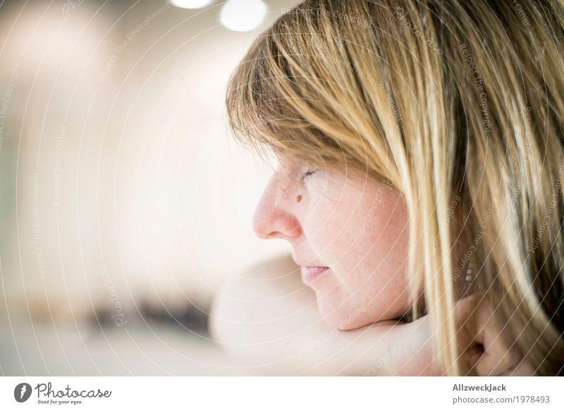 866 observing woman feminin Junge Frau Jugendliche Erwachsene Kopf 1 Mensch 18-30 Jahre 30-45 Jahre blond langhaarig beobachten Blick achtsam Wachsamkeit ruhig