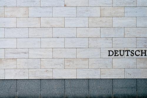 Deutsch Architektur Mauer Wand Fassade Schriftzeichen grau Deutschland Typographie Buchstaben Nationalitäten u. Ethnien Farbfoto Außenaufnahme Menschenleer Tag