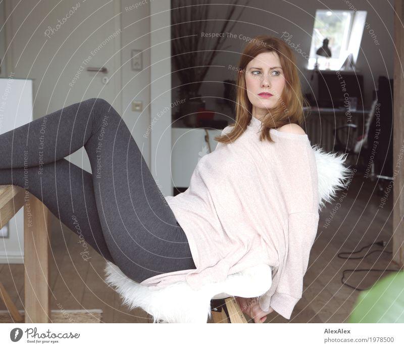 Zu Hause ist, wo Du wohnst Lifestyle Stil schön Möbel Wohnzimmer Junge Frau Jugendliche Beine Pullover Leggings rothaarig langhaarig beobachten sitzen warten