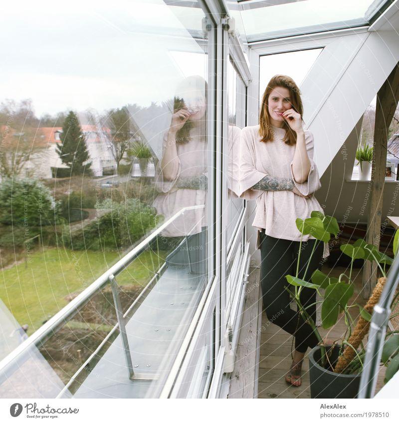 freier Tag Lifestyle Stil Freude schön Wohnung Haus Fenster Zimmerpflanze Balken Dachgeschoss Junge Frau Jugendliche Schönes Wetter Garten Pullover Leggings