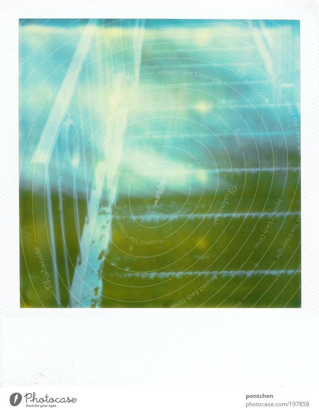 Polaroid zeigt Teil einer Treppe aus Metall. Verwunscjen. Märchenhafte Stimmung Holz ästhetisch fantastisch blau grün träumen Sehnsucht mystisch steigen Höhe