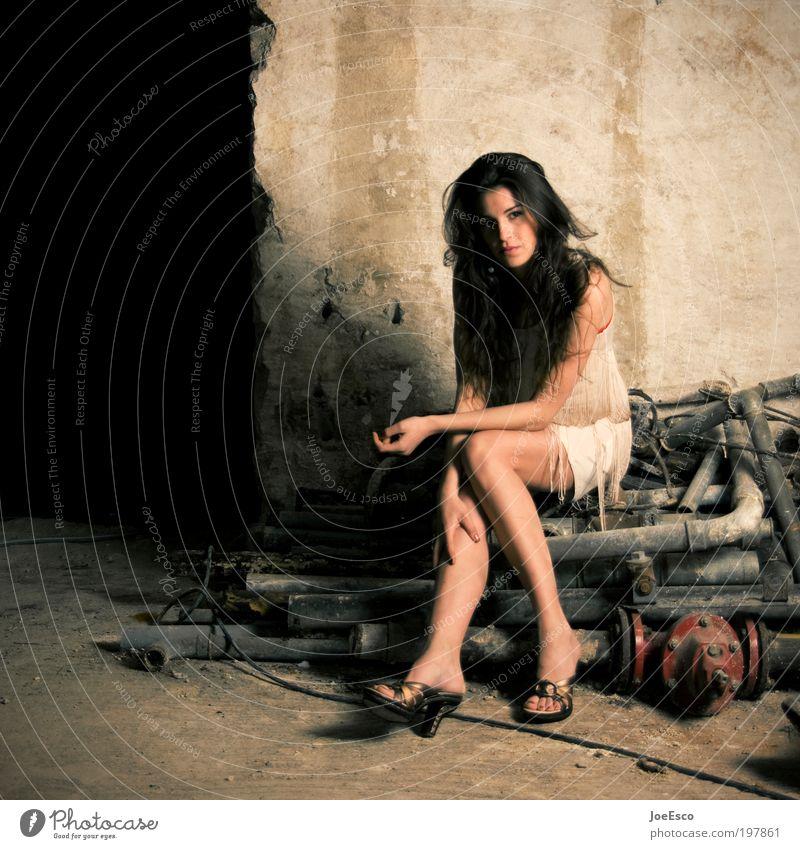 #197861 Mensch Frau Erwachsene Ruine Mauer Wand Mode Kleid Damenschuhe brünett langhaarig sitzen Coolness trendy einzigartig schön Farbfoto Gedeckte Farben