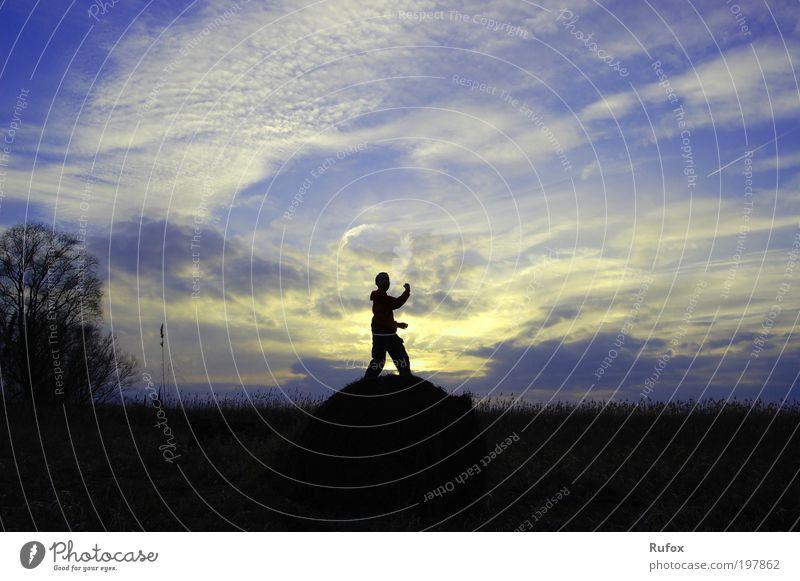 Himmelsstürmer Mensch Himmel Natur blau weiß Freude Wolken schwarz gelb Freiheit Glück Zufriedenheit Kraft elegant Fröhlichkeit außergewöhnlich