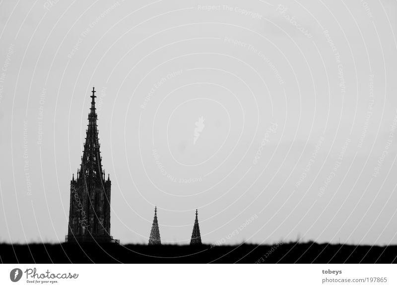 Münster Stadt Kirche Dom Bauwerk alt Ulm Turm Hügel Horizont Religion & Glaube Gotteshäuser Zufluchtsort Denken Spitze Turmspitze Schwarzweißfoto Außenaufnahme