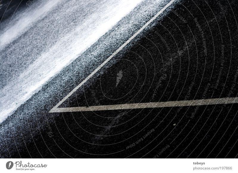 Überschritten! Regen Duft leuchten parallel Straßenverkehr nass feucht Strukturen & Formen Grenze Überschreitung Wasser Rutschgefahr Risiko Autofahren Teer