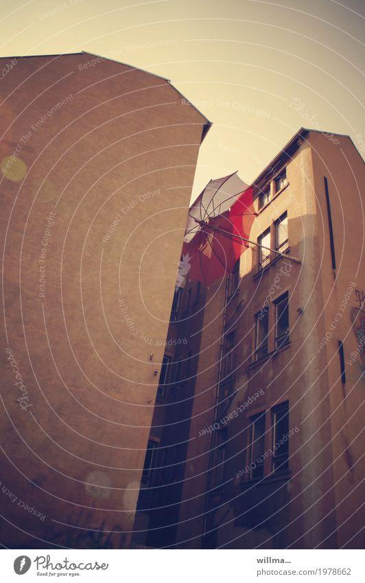 fallbeispiel Chemnitz Haus Hinterhof Altbau Regenschirm Stadt einklemmen rot festhalten fangen Farbfoto Außenaufnahme Froschperspektive